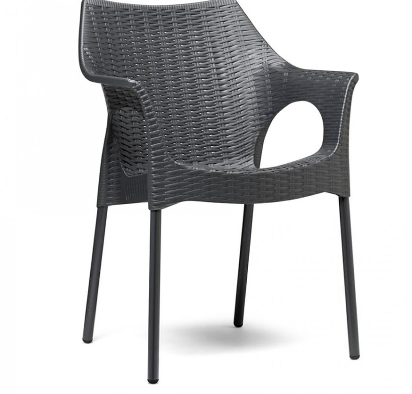 se fabrican con tiras sintticas polietileno de alta densidad que imita al ratn y se recubren sobre estructuras de aluminio esqueleto de silla para dar